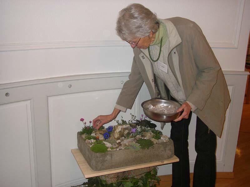 Bruni raffraîchit ses plantes avec des glaçons...