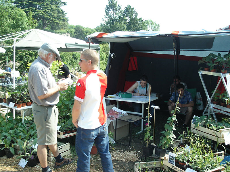 Les-apprenants-fribourgeois-tiennent-un-stand2